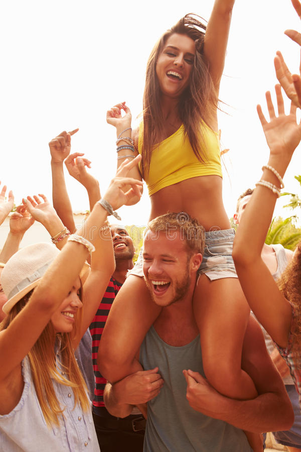Grupo de jovens que apreciam o festival de música exterior foto de stock
