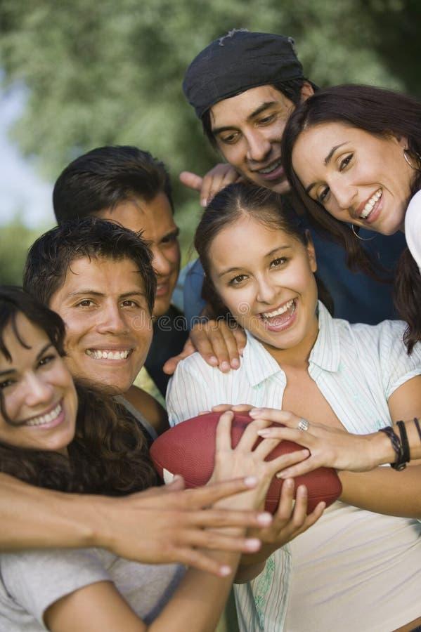 Grupo de jovens que jogam o futebol. imagem de stock