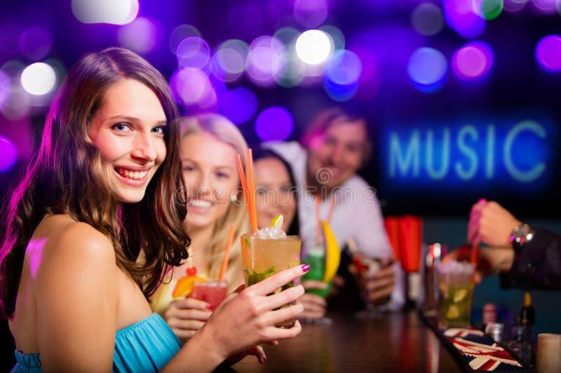 Grupo de jovens que têm a celebração do partido imagem de stock royalty free