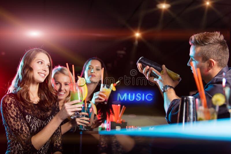 Grupo de jovens que têm a celebração do partido fotografia de stock royalty free
