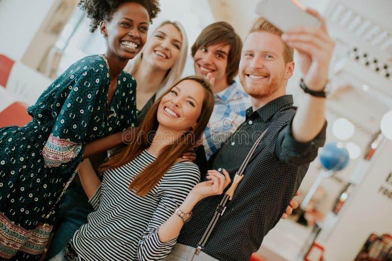 Grupo de jovens que tomam o selfie com telefone celular imagens de stock royalty free