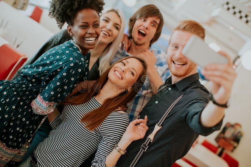 Grupo de jovens que tomam o selfie com telefone celular fotos de stock royalty free