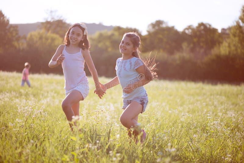 Grupo de jugar feliz de los niños imágenes de archivo libres de regalías