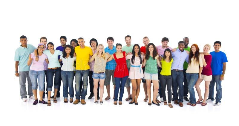 Grupo de juventudes internacionales en el fondo blanco fotografía de archivo