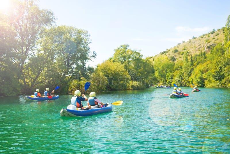 Grupo de kayakers no rio fotografia de stock