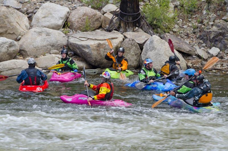 Grupo de Kayakers que esperam para competir fotos de stock