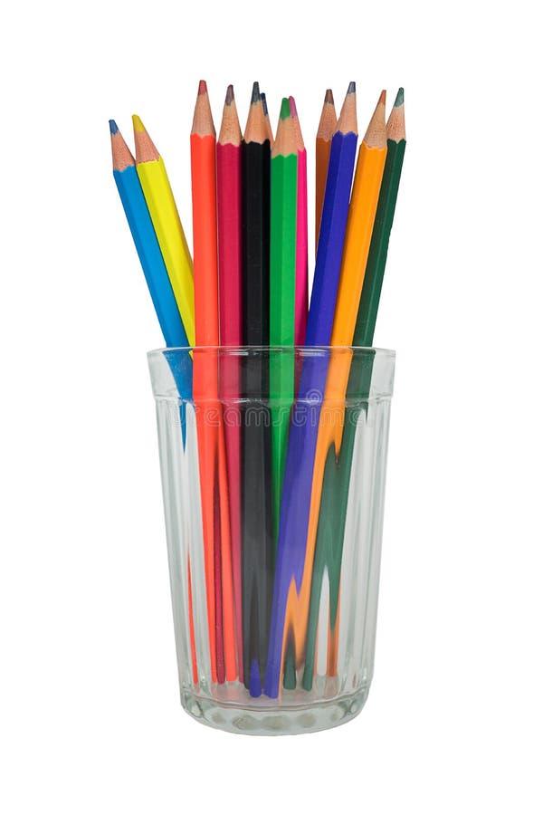 grupo de lápices multicolores en una taza de cristal transparente aislada en blanco fotos de archivo libres de regalías
