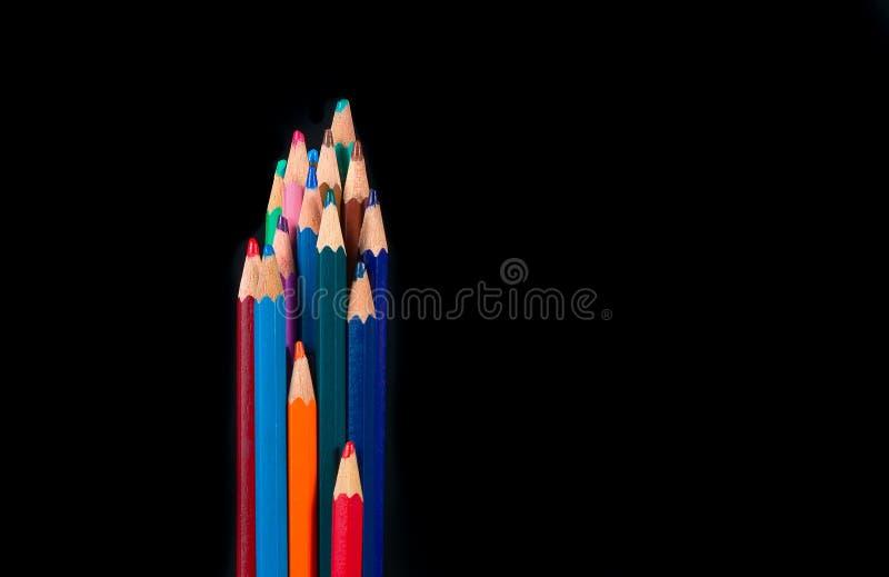 Grupo de lápis de madeira coloridos no backgroun preto fotografia de stock