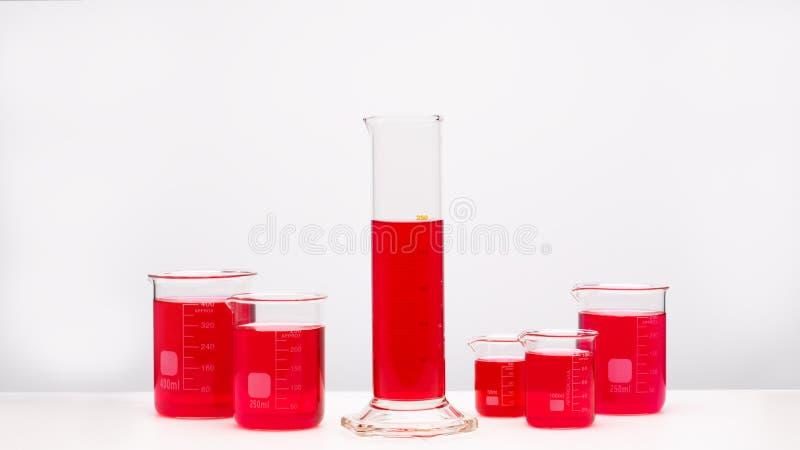 Grupo de líquido brilhantemente colorido dos produtos vidreiros de laboratório Conceito da ci?ncia fotos de stock royalty free