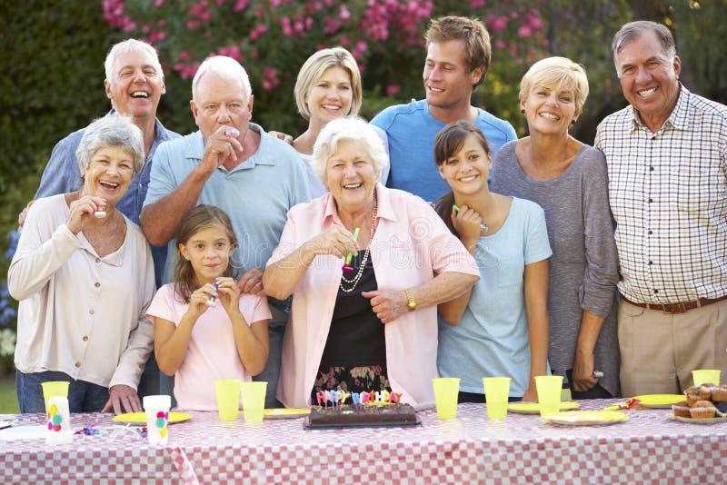 Grupo de la familia grande que celebra cumpleaños al aire libre imagenes de archivo