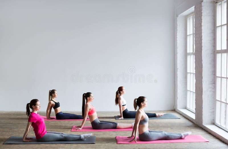 Grupo de la yoga de mujeres foto de archivo libre de regalías
