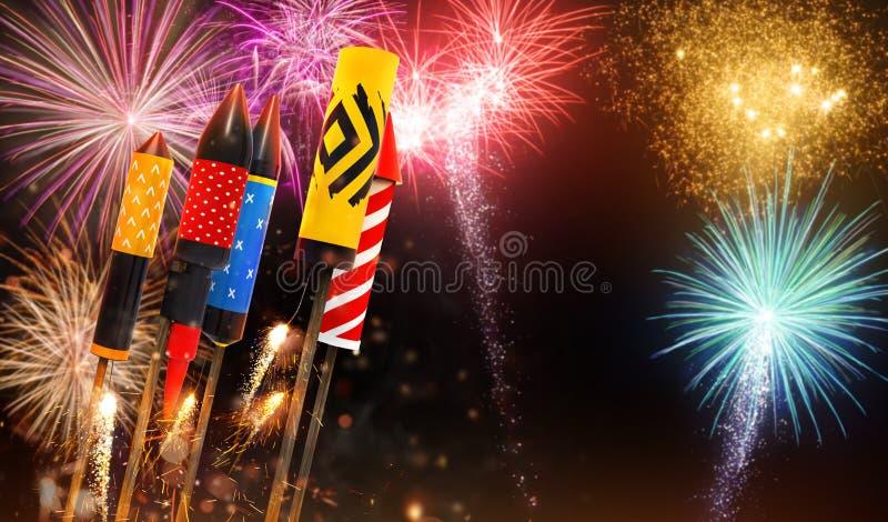 Grupo de lanzamiento de cohetes de los fuegos artificiales en el cielo libre illustration