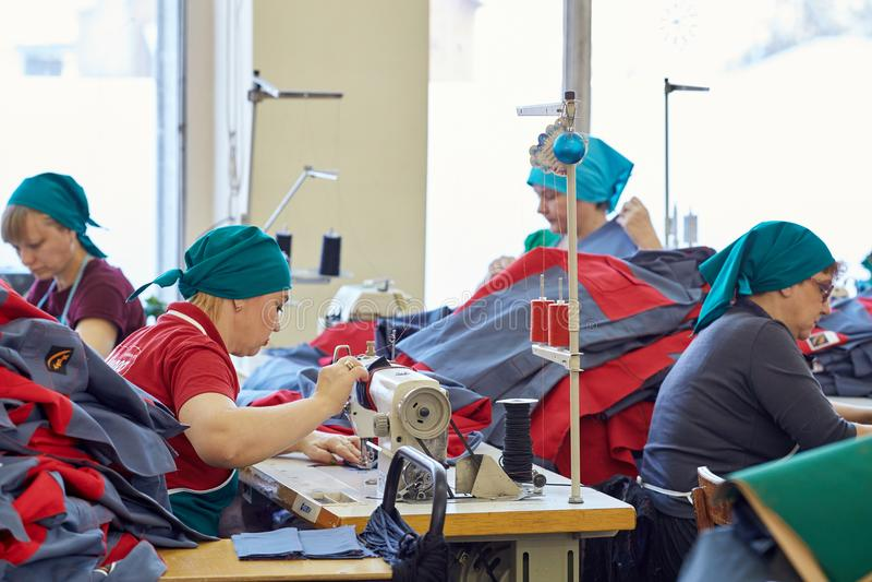 Grupo de las mujeres adultas, costureras en la fábrica de la ropa imágenes de archivo libres de regalías