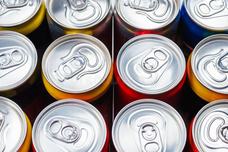 Grupo de latas de aluminio, bebida fría imagenes de archivo