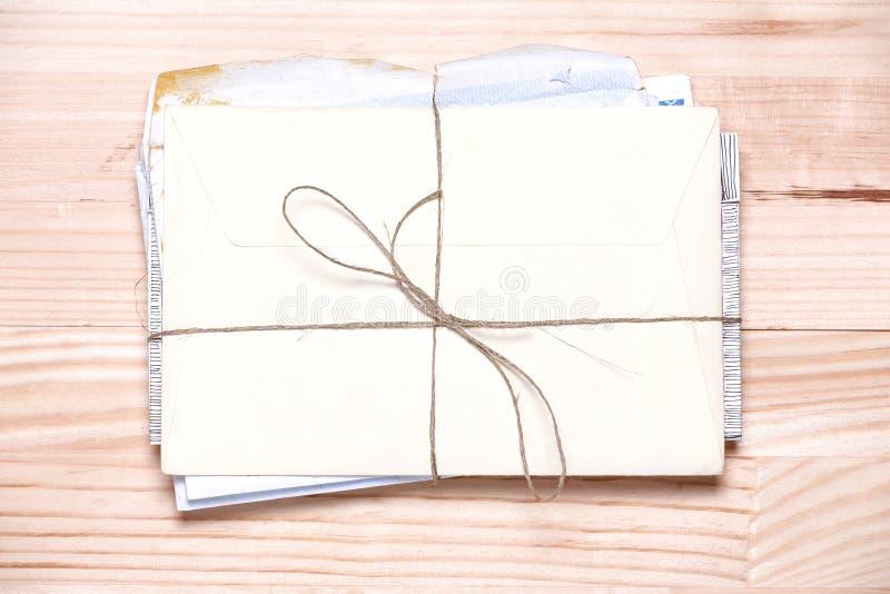 Grupo de letras do vintage em um fundo de madeira claro Sumário foto de stock