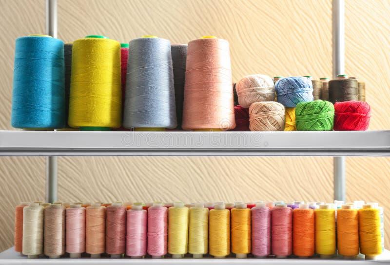 Grupo de linhas de costura da cor e de clews do crochê imagem de stock
