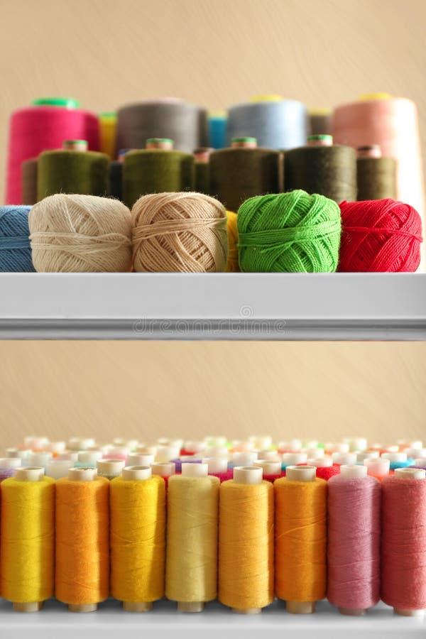 Grupo de linhas de costura da cor e de clews do crochê fotos de stock