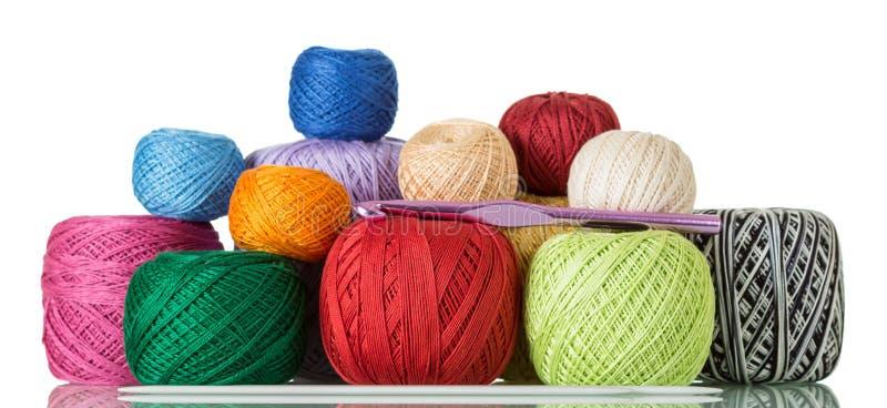 Grupo de linhas para tricotar manualmente, agulhas de confecção de malhas, agulha de crochê isolada no branco imagem de stock