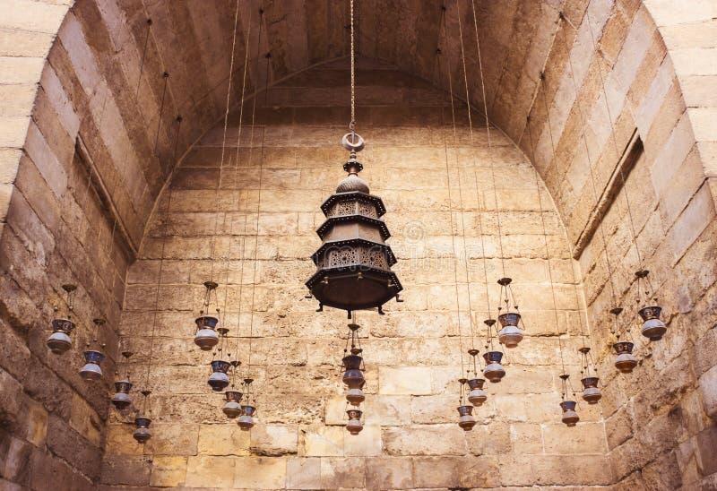 Grupo de linternas que cuelgan del techo en mezquitas viejas imágenes de archivo libres de regalías