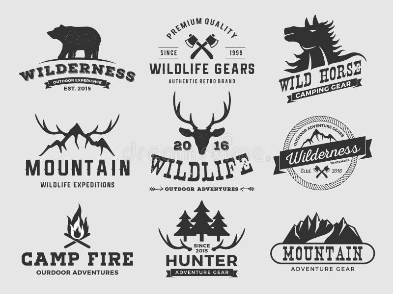 Grupo de logotipo exterior do crachá da aventura e da montanha da região selvagem, logotipo do emblema, projeto da etiqueta | Ilu ilustração do vetor
