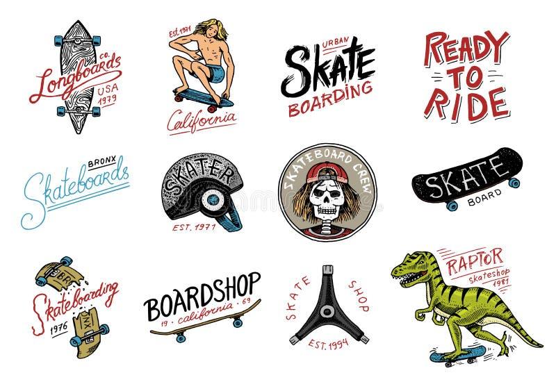 Grupo de logotipo Skateboarding das etiquetas O rex do tyrannosaur do dinossauro do skater monta na placa Projeto urbano para cra ilustração do vetor