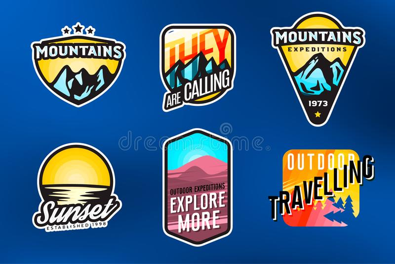 Grupo de logotipos modernos temáticos e de crachás da montanha A expedição da montanha etiqueta o conceito ilustração do vetor