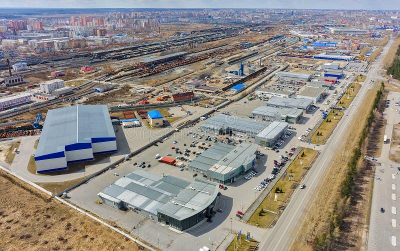 Grupo de lojas do carro e de nó railway Tyumen Rússia fotografia de stock royalty free