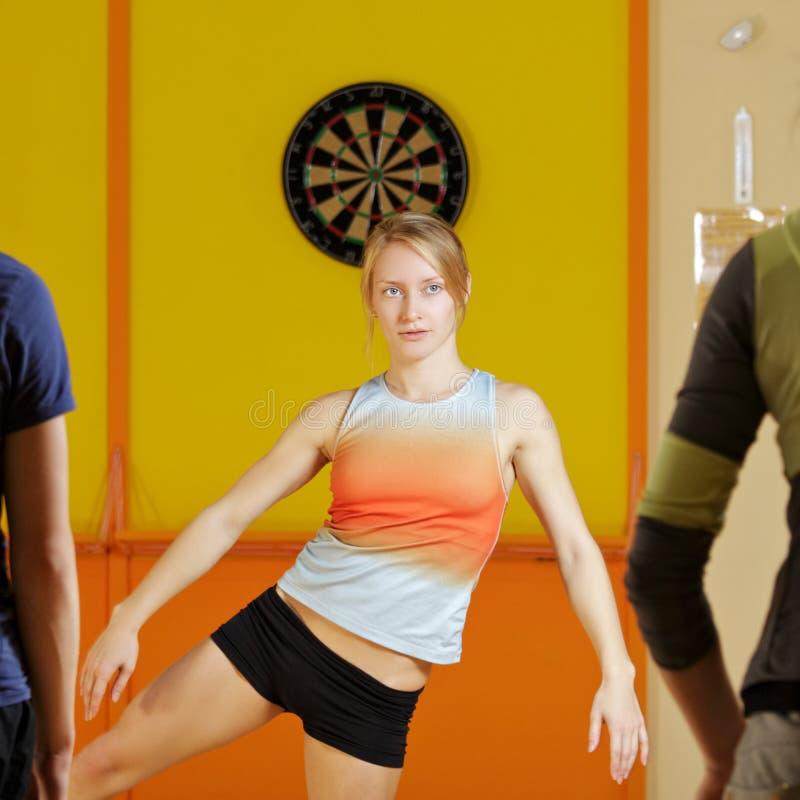 Grupo de los aeróbicos del entrenamiento de la mujer joven imagen de archivo