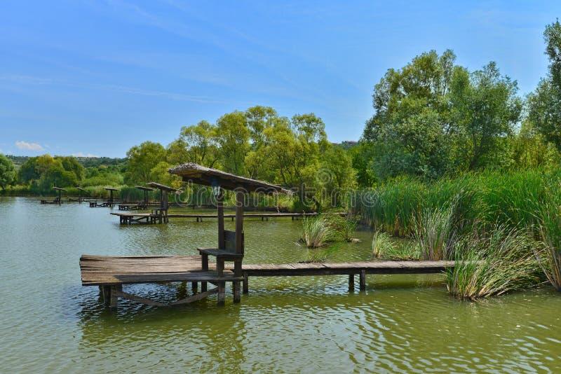Grupo de lugares da pesca no lago do restaurante de Hanul Pescarilor em Oradea fotos de stock