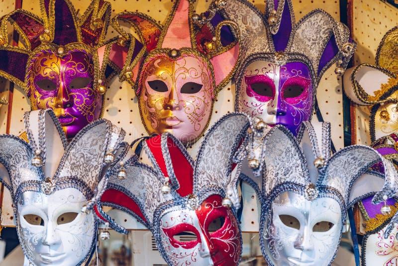 Grupo de máscaras venecianas del carnaval del vintage Máscaras venecianas en stor imagen de archivo libre de regalías