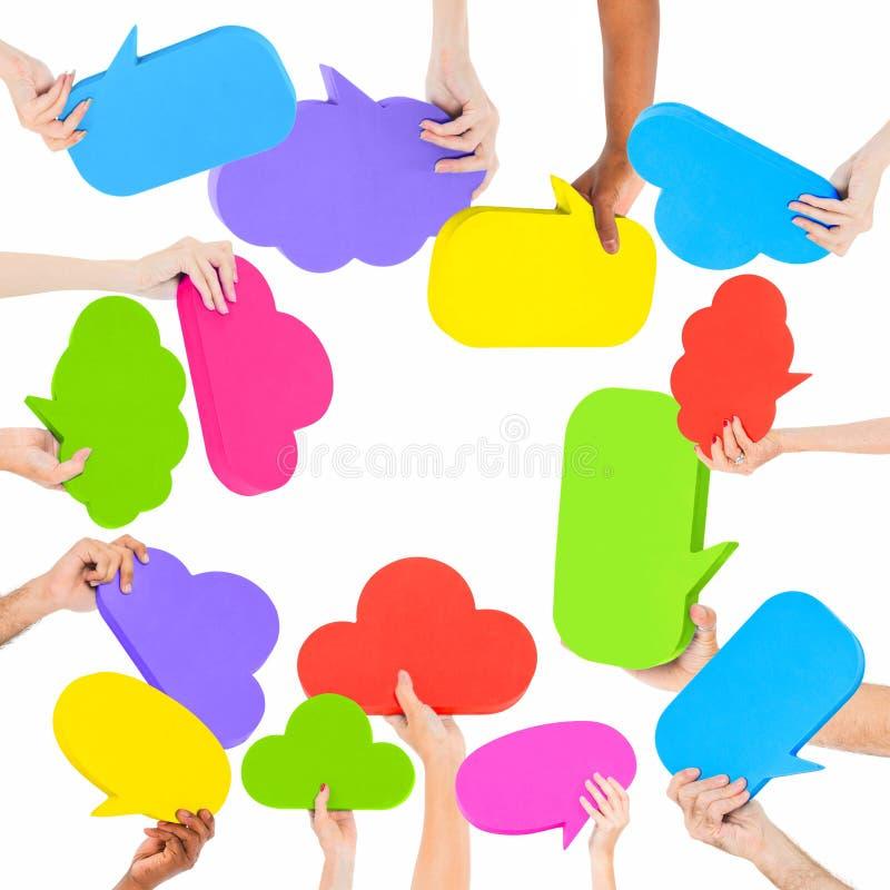 Grupo de mãos que guardam bolhas do discurso fotos de stock royalty free