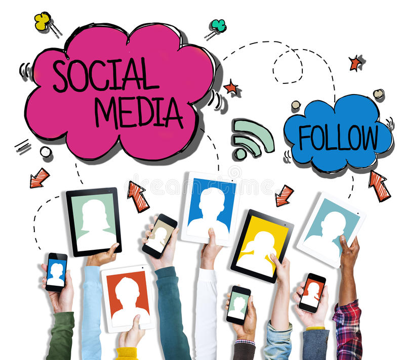 Grupo de mãos que guardam dispositivos de Digitas com conceito social dos meios fotos de stock royalty free
