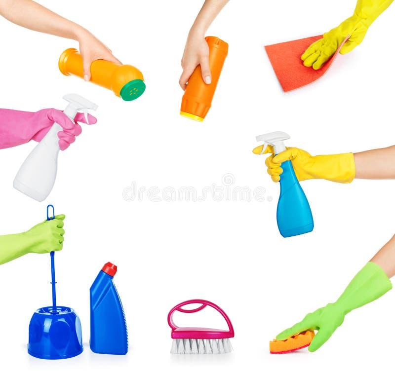 Grupo de mãos que guardam produtos químicos de agregado familiar para limpar imagens de stock