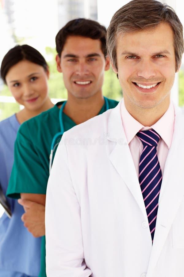 Grupo de médicos de hospital que se colocan en línea fotos de archivo