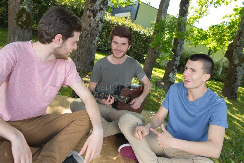 Grupo de músicos jovenes fotografía de archivo libre de regalías