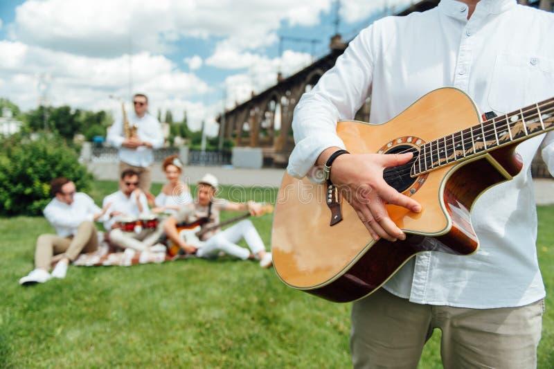 Grupo de músicos que tocan los instrumentos musicales imagenes de archivo