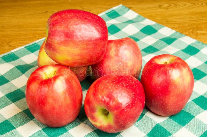 Grupo de maçãs da senhora cor-de-rosa foto de stock
