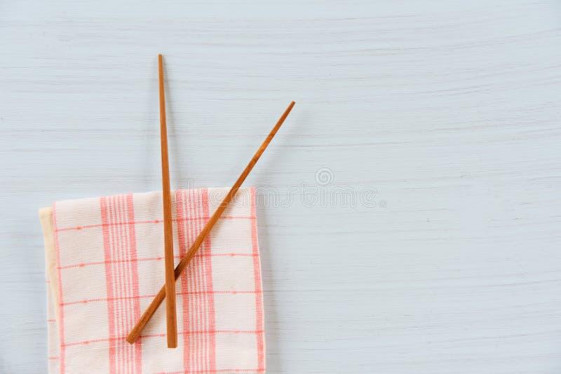 Grupo de madeira do kitchenware dos hashis no napery desperdício do mesa de jantar/o zero para usar o conceito menos plástico fotos de stock