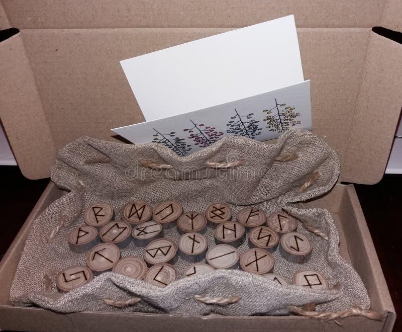 Grupo de madeira de pessoa idosa Futhark das runas em um saco imagem de stock
