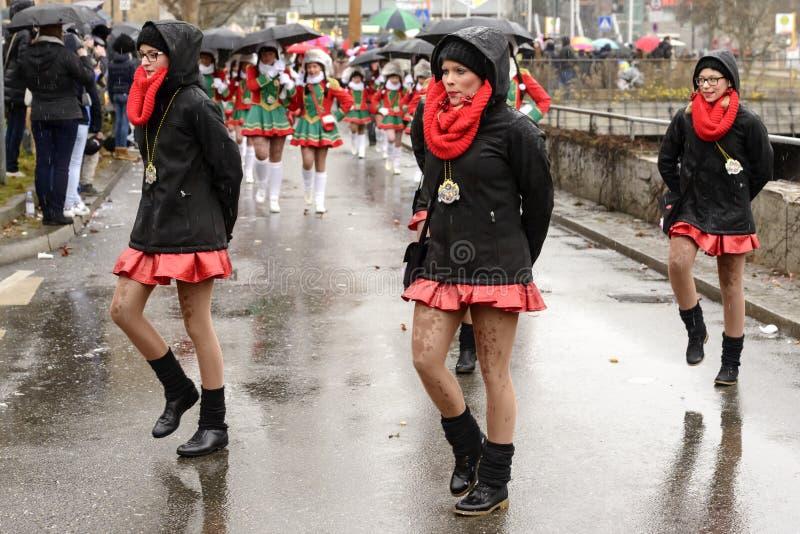 Grupo de majorettes agradáveis sob a chuva na parada de carnaval, Stuttgar imagem de stock