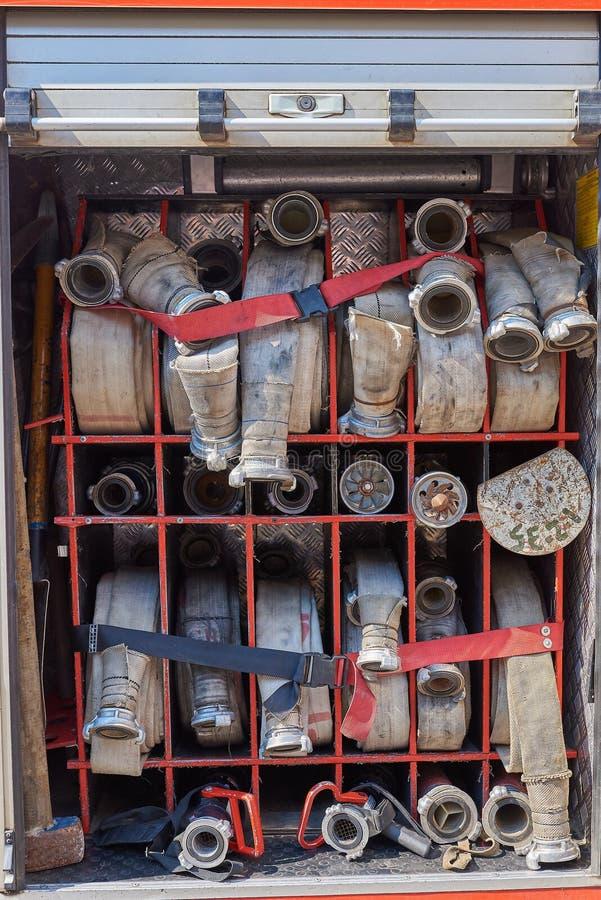 Grupo de mangueiras de fogo no carro de bombeiros imagem de stock