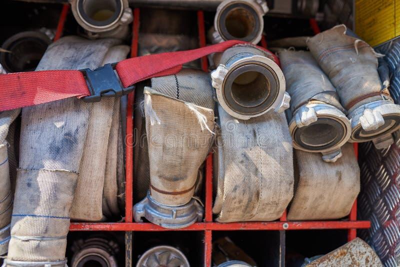 Grupo de mangueiras de fogo no carro de bombeiros fotografia de stock