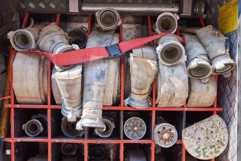 Grupo de mangueiras de fogo no carro de bombeiros foto de stock