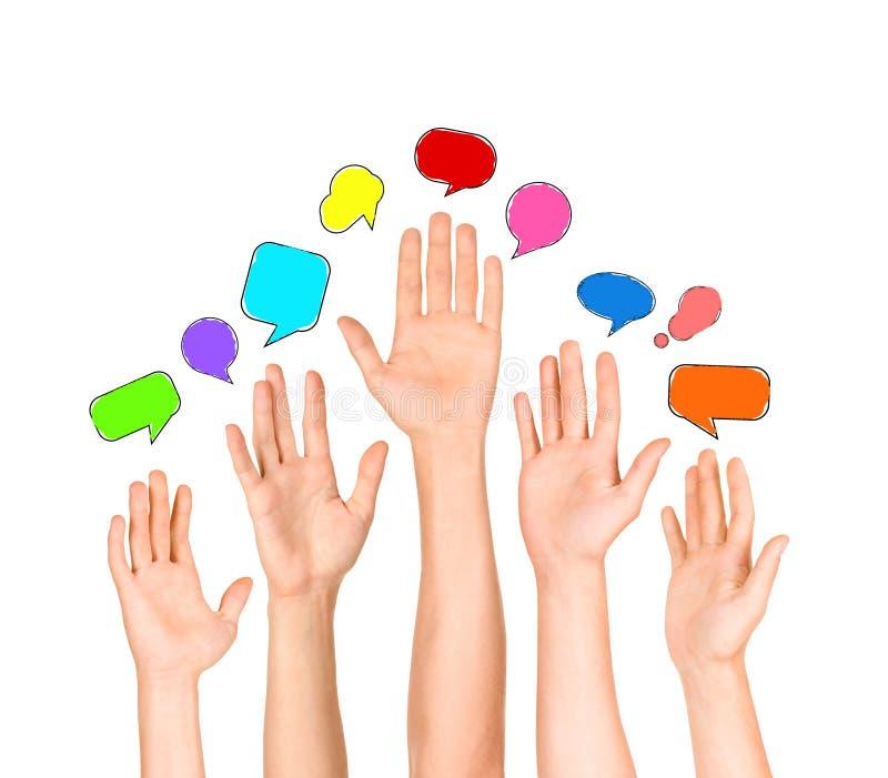 Grupo de manos étnicas multi diversas que alcanzan para las burbujas del discurso foto de archivo libre de regalías