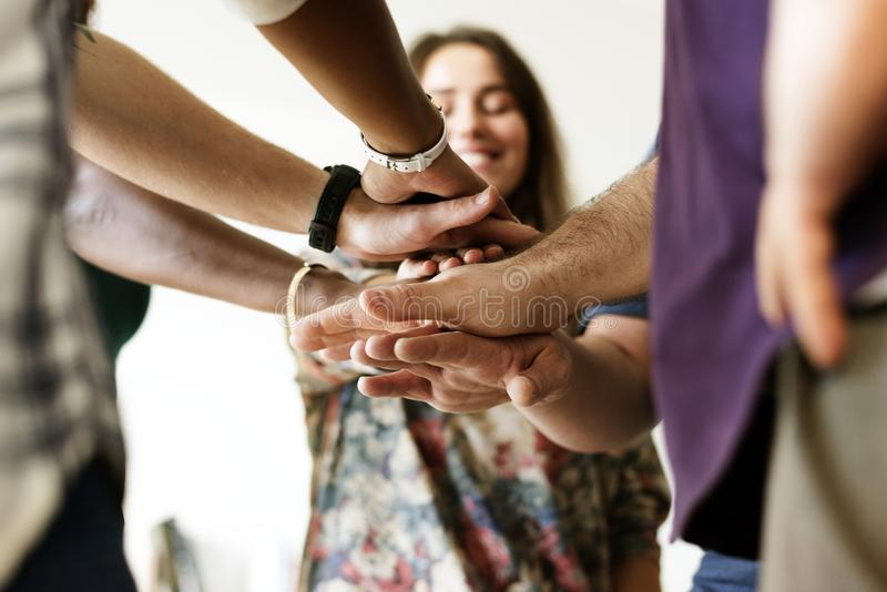 Grupo de manos unidas gente diversa foto de archivo libre de regalías