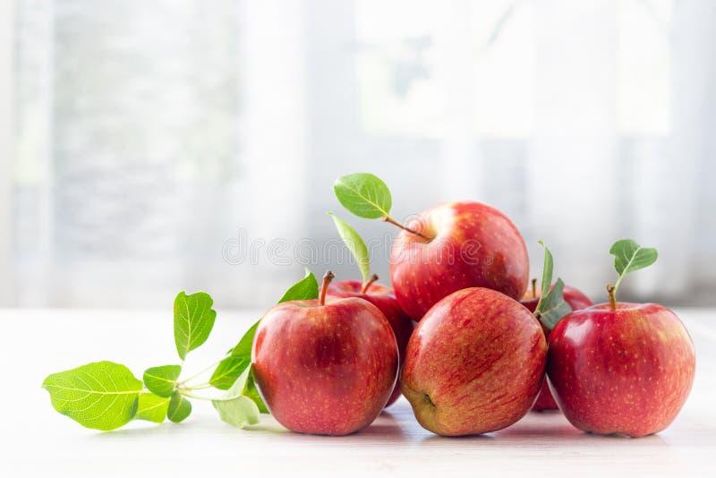 Grupo de manzanas rojas maduras con las hojas foto de archivo libre de regalías