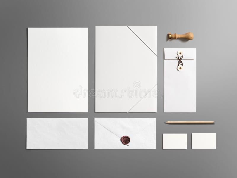 Grupo de marcagem com ferro quente dos artigos de papelaria vazios isolado no cinza foto de stock