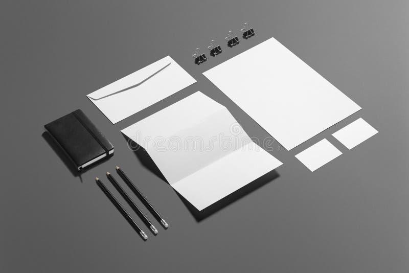 Grupo de marcagem com ferro quente dos artigos de papelaria vazios isolado no fundo cinzento, lugar com seu projeto foto de stock