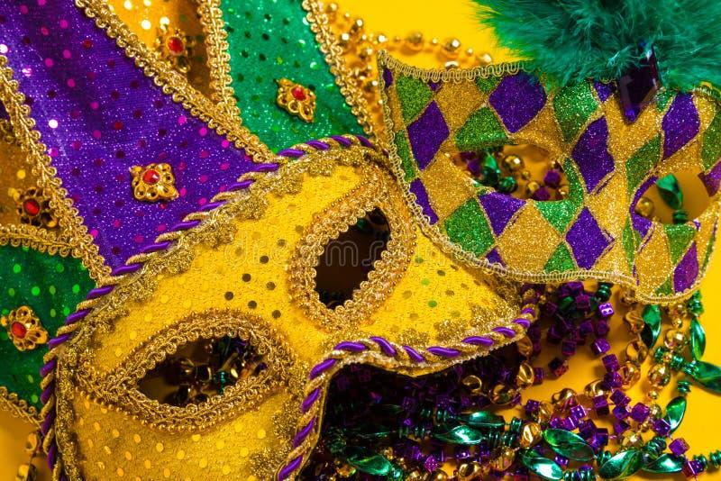 Grupo de Mardi Gras Masks no fundo amarelo com grânulos foto de stock royalty free