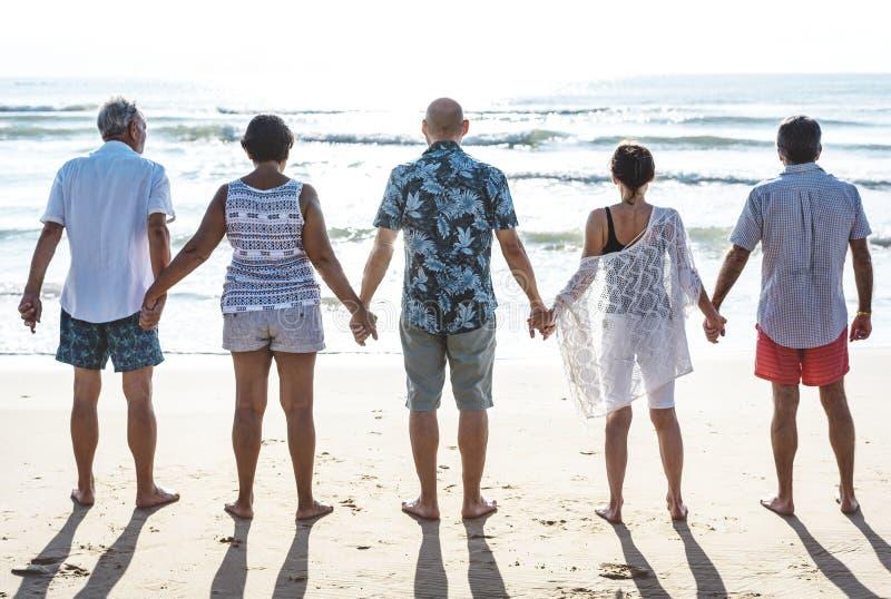 Grupo de mayores en la playa imagen de archivo